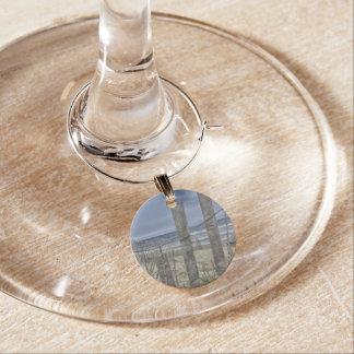 Enfeite De Taças De Vinho Encanto do vinho da cerca da praia