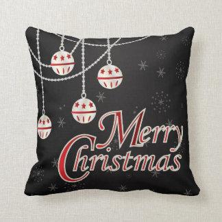 Enfeites de natal brancos & vermelhos no preto almofada