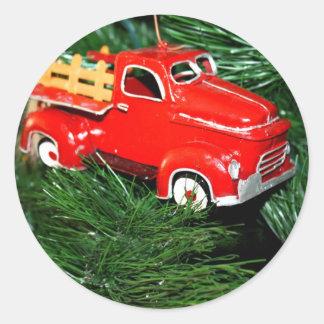 Enfeites de natal vermelhos 2 do caminhão adesivo em formato redondo