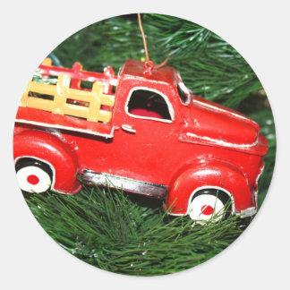 Enfeites de natal vermelhos do caminhão adesivo redondo