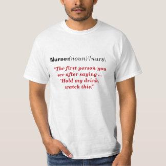 Enfermeira: Camisa engraçada do bebendo Camiseta