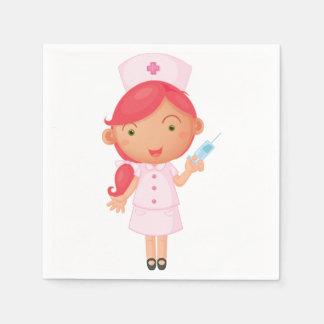 Enfermeira com os guardanapo de papel de uma