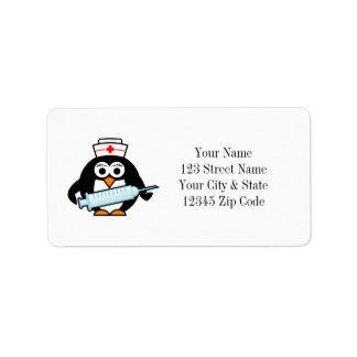Enfermeira engraçada do pinguim com etiquetas de etiqueta de endereço