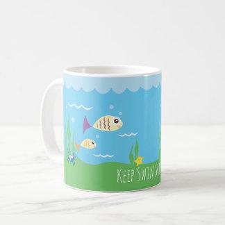 Engraçado apenas mantenha nadar peixes caneca de café