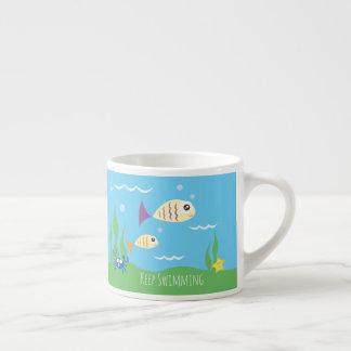 Engraçado apenas mantenha nadar peixes xícara de espresso