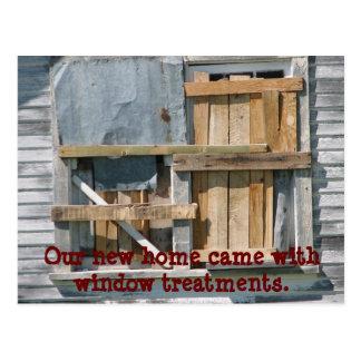 Engraçado embarcado acima da janela nós movemos cartão postal