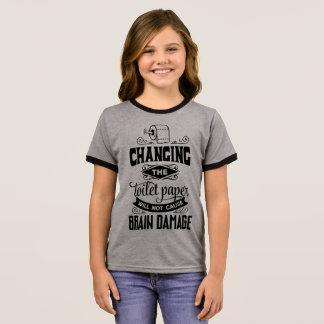 Engraçado mudando a camisa da campainha da piada