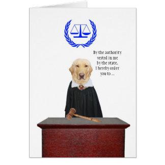 Engraçado vem aqui o aniversário do cão do juiz cartão comemorativo