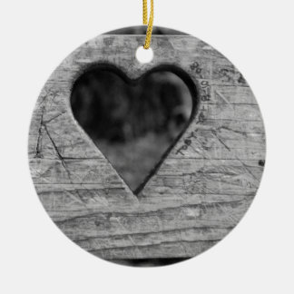 Entalhe do coração na madeira ornamento de cerâmica redondo