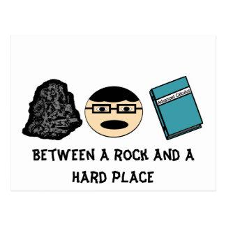 Entre uma rocha e um cartão duro do lugar