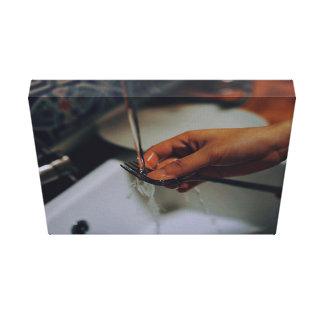 Enxaguando uma forquilha impressão em tela