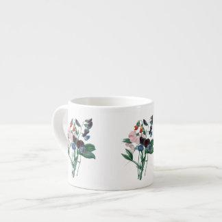 Ervilhas doces pela caneca botânica do café de