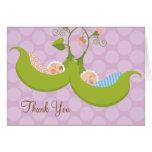Ervilhas em um obrigado do chá de fraldas do gêmeo cartão