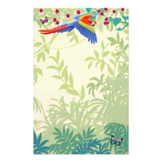 Escarlate do Macaw do vôo em artigos de papelaria