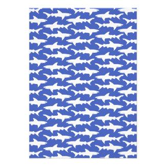 Escola dos tubarões azul e branco engraçados convite