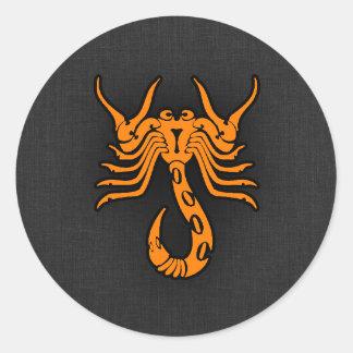 Escorpião alaranjada adesivo redondo