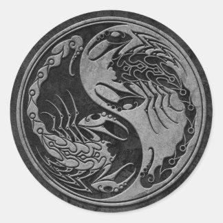 Escorpião de pedra escuros de Yin Yang Adesivos Em Formato Redondos