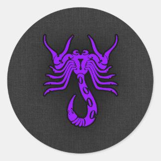 Escorpião roxa violeta adesivo em formato redondo