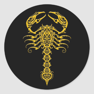 Escorpião tribal amarelo e preto adesivos em formato redondos