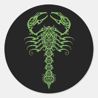 Escorpião tribal verde e preto adesivo em formato redondo