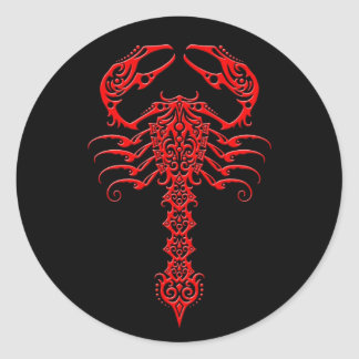 Escorpião tribal vermelho e preto adesivo redondo