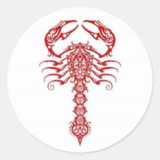 Escorpião tribal vermelho no branco adesivos em formato redondos