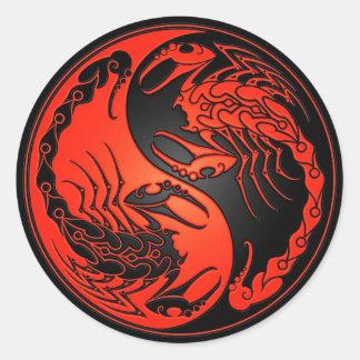 Escorpião vermelhos e pretos de Yin Yang Adesivo Em Formato Redondo