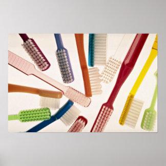 Escovas de dentes em cores e em formas diferentes poster