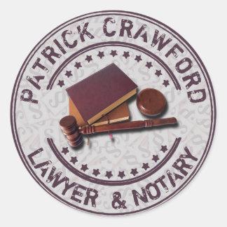 Escritório do advogado ou de notário com martelo e adesivo