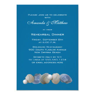 Escudos em convites azuis do jantar de ensaio