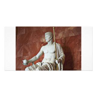 Escultura do homem romano com bola e dos funcionar cartão com foto