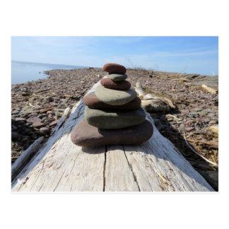 Escultura vermelha da meditação da rocha cartão postal