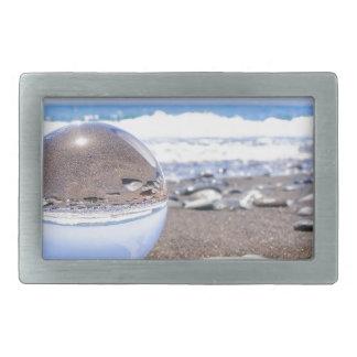 Esfera de vidro em pedras na praia e na costa