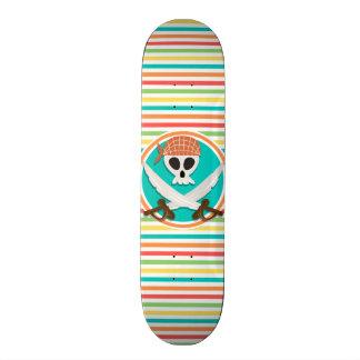 Espadas do pirata; Listras brilhantes do arco-íris Skateboard