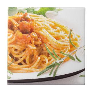Espaguetes italianos com o close up vegetal do