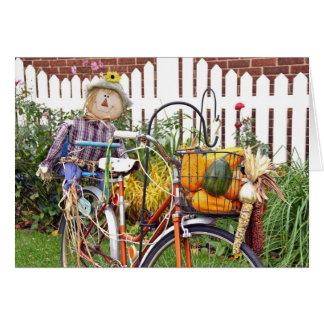 espantalho do outono na bicicleta cartão comemorativo