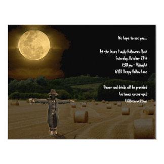 Espantalho no campo do feno sob a Lua cheia Convite 10.79 X 13.97cm