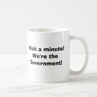 Espere um minuto!  Nós somos o governo! Caneca De Café