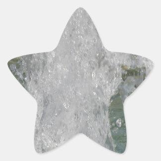 Espirra da água da fonte em um dia ensolarado adesito estrela