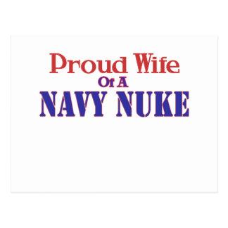 Esposa orgulhosa de umas armas nucleares do cartão postal