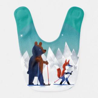 Esqui bonito do urso e do Fox sob estrelas em uma Babador