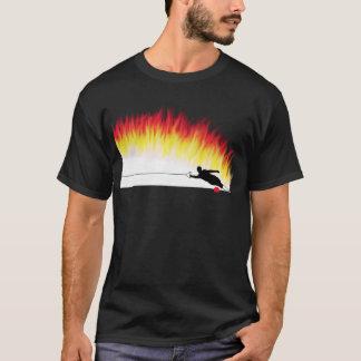 Esquiador da água do slalom com t-shirt das chamas camiseta