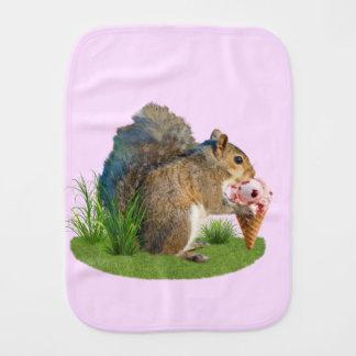 Esquilo que come o cone do sorvete fraldas de ombro