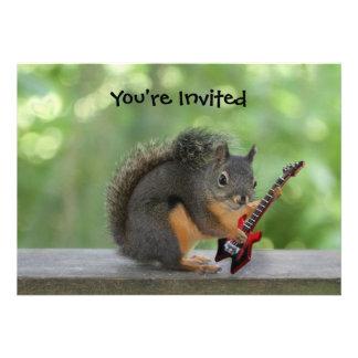 Esquilo que joga a guitarra elétrica convite personalizado