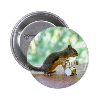 Esquilo que joga cilindros botons