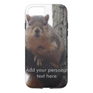 Esquilo que olha sua capa de telefone resistente