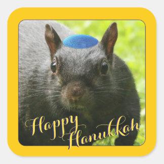 Esquilo Yarmulke-Vestindo-se engraçado • Hanukkah Adesivo Quadrado