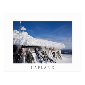 Esquis em uma estância de esqui, cartão branco do