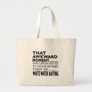Essa água branca do momento inábil que transporta bolsa para compras