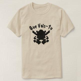 Está aqui um teste da mancha com texto Que a Camiseta